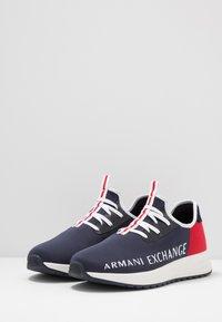 Armani Exchange - Matalavartiset tennarit - navy/red - 2