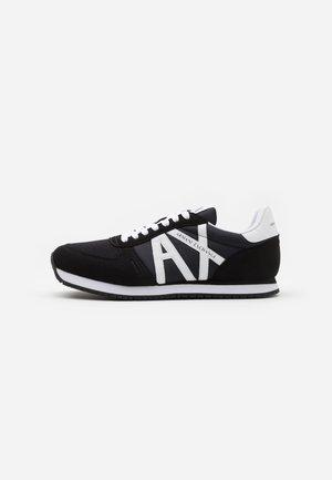 AX RETRO RUNNER - Sneakersy niskie - black/white