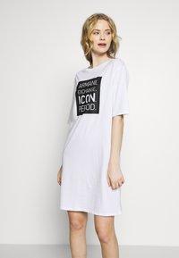 Armani Exchange - DRESS - Žerzejové šaty - white/black - 0