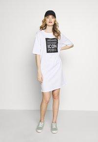 Armani Exchange - DRESS - Žerzejové šaty - white/black - 1