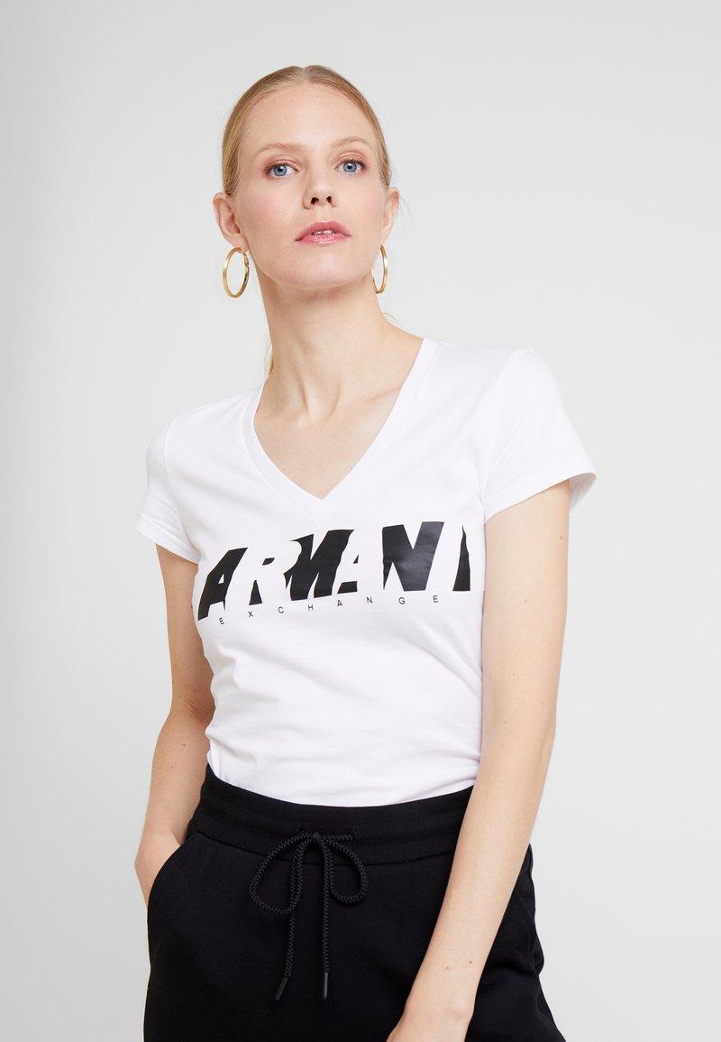 Armani Exchange - V NECK REGULAR FIT - T-Shirt print - optic white