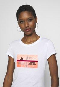 Armani Exchange - T-shirts med print - optic white - 3