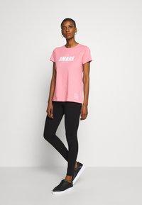 Armani Exchange - T-shirt print - rose amare - 1