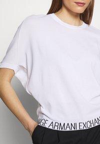 Armani Exchange - T-shirts med print - off white - 3