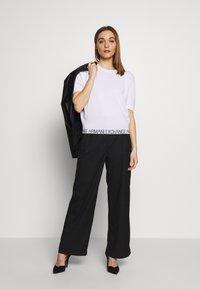Armani Exchange - T-shirts med print - off white - 1