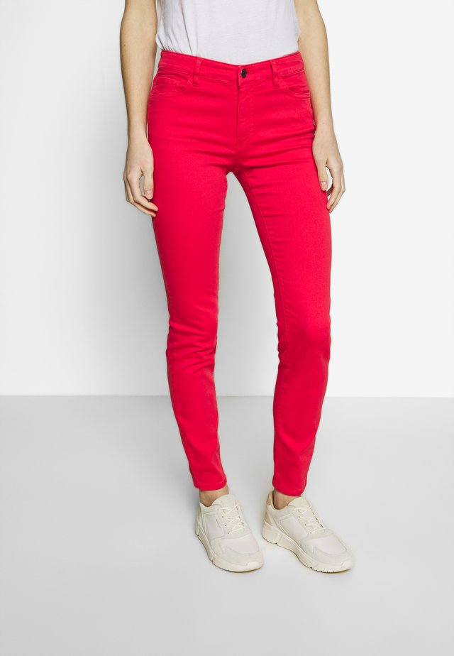 Jeansy Slim Fit - coral
