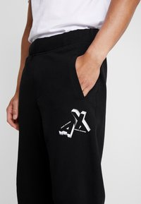 Armani Exchange - Pantalon de survêtement - black - 4