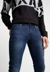 Armani Exchange - Skinny džíny - indigo denim - 4