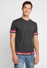 Armani Exchange - T-shirt imprimé - dark grey - 0