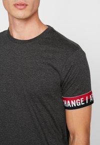 Armani Exchange - T-shirt imprimé - dark grey - 4