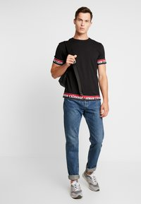 Armani Exchange - T-shirt con stampa - black - 1