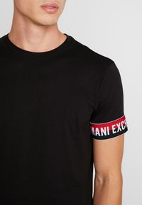 Armani Exchange - T-shirt con stampa - black - 4