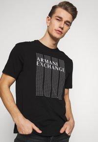 Armani Exchange - T-shirt med print - black - 0