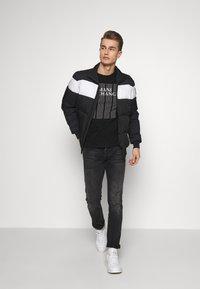 Armani Exchange - T-shirt med print - black - 1