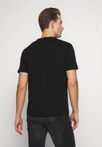 Armani Exchange - T-shirt med print - black - 2