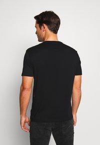 Armani Exchange - T-shirt z nadrukiem - black - 2