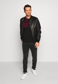 Armani Exchange - T-shirt med print - black/syrah - 1
