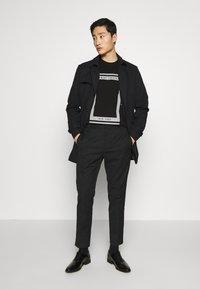 Armani Exchange - T-shirt imprimé - black - 1