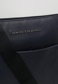 Armani Exchange - Skulderveske - navy - 7