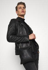 Armani Exchange - SMALL FLAT CROSSBODY BAG - Taška spříčným popruhem - black/gunmetal - 1