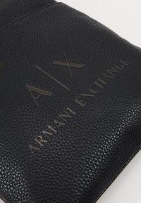 Armani Exchange - SMALL FLAT CROSSBODY BAG - Taška spříčným popruhem - black/gunmetal - 5