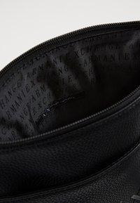 Armani Exchange - SMALL FLAT CROSSBODY BAG - Taška spříčným popruhem - black/gunmetal - 3