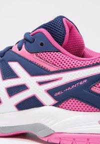 ASICS - GEL-COURT HUNTER 3 - Volleybalschoenen - indigo blue/white/azalea pink - 6