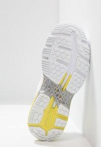ASICS - GEL KAYANO 25 - Stabiliteit hardloopschoenen - white/lemon spark - 4
