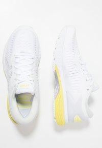 ASICS - GEL KAYANO 25 - Stabiliteit hardloopschoenen - white/lemon spark - 1
