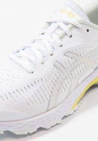 ASICS - GEL KAYANO 25 - Stabiliteit hardloopschoenen - white/lemon spark - 5