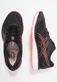 ASICS - GEL-CUMULUS - Chaussures de running neutres - black/flash coral
