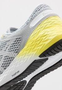 ASICS - ROADHAWK FF 2 - Obuwie do biegania treningowe - mid grey/white - 5