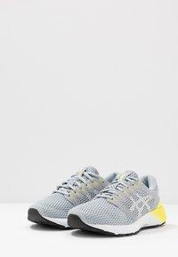 ASICS - ROADHAWK FF 2 - Obuwie do biegania treningowe - mid grey/white - 2