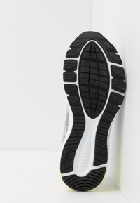 ASICS - ROADHAWK FF 2 - Obuwie do biegania treningowe - mid grey/white - 4