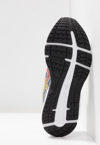 ASICS - GEL-CONTEND 5 - Zapatillas de running neutras - piedmont grey/laser pink - 4