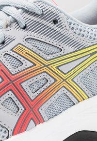 ASICS - GEL-CONTEND 5 - Zapatillas de running neutras - piedmont grey/laser pink - 5