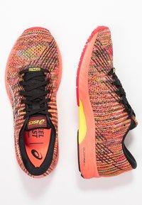 ASICS - GEL-DS TRAINER 24 - Zapatillas de running neutras - sun coral - 1
