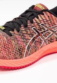 ASICS - GEL-DS TRAINER 24 - Zapatillas de running neutras - sun coral - 5