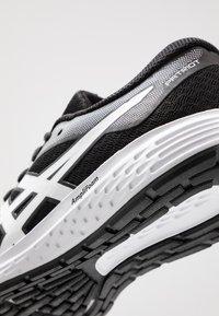 ASICS - PATRIOT 11 - Neutrální běžecké boty - black/white - 5