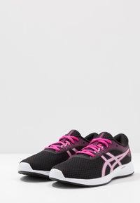 ASICS - PATRIOT 11 - Hardloopschoenen neutraal - black/pink glow - 2