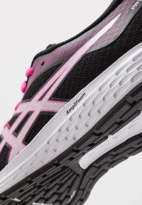 ASICS - PATRIOT 11 - Hardloopschoenen neutraal - black/pink glow - 5