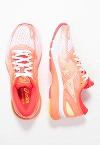 ASICS - GEL-NIMBUS 21 - Obuwie do biegania treningowe - white/sun coral - 1