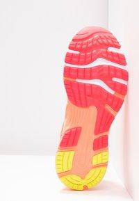 ASICS - GEL-NIMBUS 21 - Obuwie do biegania treningowe - white/sun coral - 4