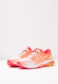 ASICS - GEL-NIMBUS 21 - Obuwie do biegania treningowe - white/sun coral - 2