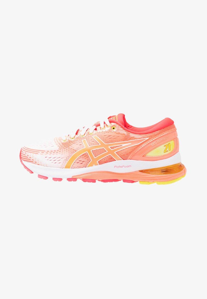 ASICS - GEL-NIMBUS 21 - Obuwie do biegania treningowe - white/sun coral