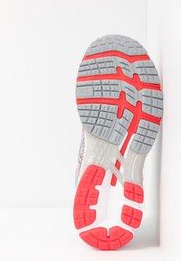 ASICS - GEL-KAYANO 26 - Zapatillas de running estables - piedmont grey/silver - 4
