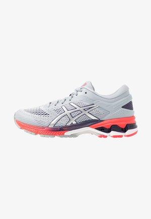 GEL-KAYANO 26 - Zapatillas de running estables - piedmont grey/silver
