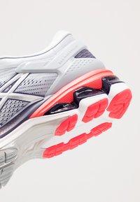 ASICS - GEL-KAYANO 26 - Zapatillas de running estables - piedmont grey/silver - 5