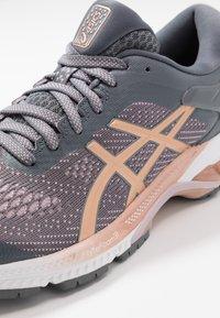 ASICS - GEL-KAYANO 26 - Zapatillas de running estables - metropolis/rose gold - 5