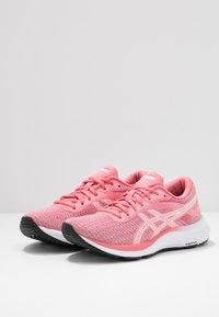 ASICS - GEL-EXCITE 6 TWIST - Obuwie do biegania treningowe - peach petal/white - 2